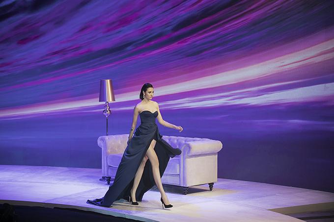 Tối 2/6, trong show Oceans's Sensation Đỗ Long trình làng 70 thiết kế mới nhất lấy cảm hứng từ vẻ đẹp của đại dương. Trong phần giới thiệu các thiết kế ready-to-wear, Hồng Quế là gương mặt được nhà mốt mời vào vị trí vedette.