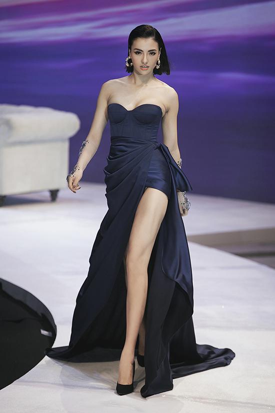 Khuôn mặt sáng sân khấu, hình thể gợi cảm phù hợp với phong cách sexy và những sải bước chuyên nghiệp giúp Hồng Quế nhận được sự cổ vũ của khán giả.