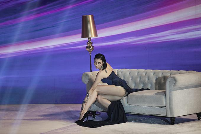 Để hoàn thành tốt trọng trách nhà thiết kế giao phó, siêu mẫu đã dành cả một buổi tối để tập luyện màn vũ đạo.