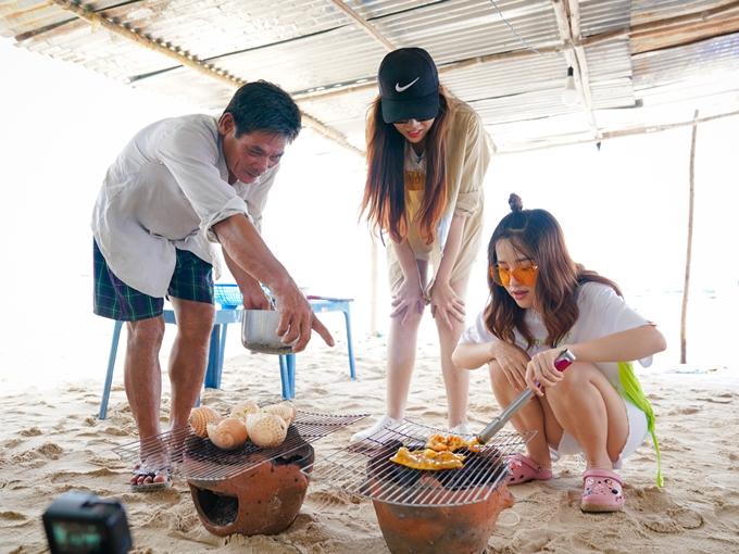 Buổi trưa nghỉ ngơi, các nghệ sĩ cùng nhau nướng hải sản để thưởng thức.