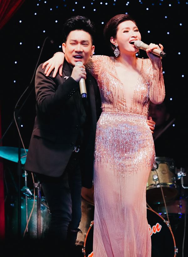 Nữ ca sĩ hải ngoại thân mật khoác vai bạn thân, biểu diễn thoải mái, phiêu linh trên sân khấu.