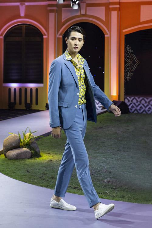 Bộ suit có tông xanh dương được may đứng dáng nhưng vẫn đảm bảo sự nhẹ nhàng và dễ cử động. Những bộ suit mang phong cách thời trang Italy sở hữuđường cắt may có độ ôm, sự hiện đại.