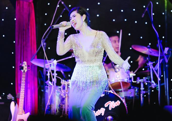 Sau nhiều năm mới tái ngộ khán giả quê nhà, Nguyễn Hồng Nhung tràn trề năng lượng, cháy hết mình trong đêm nhạc tối 2/6.