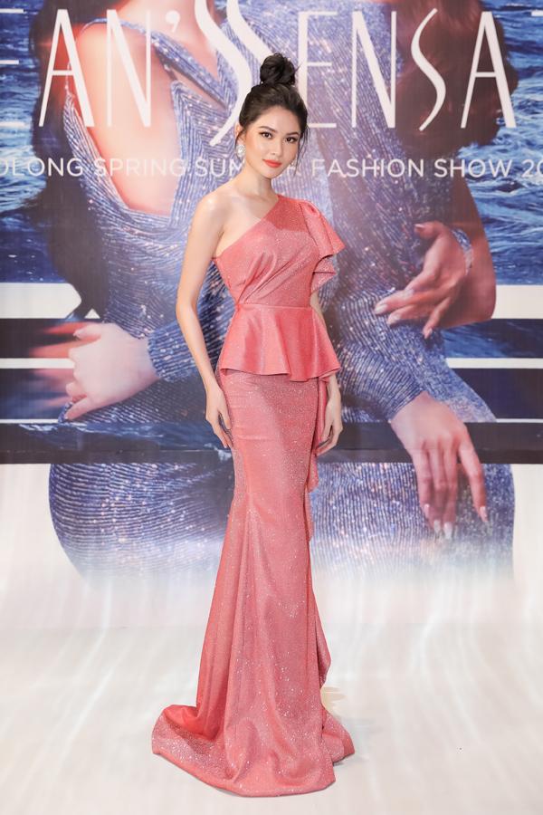 Á hậu Thùy Dung khoe nhan sắc ngọt ngào khi diện váy nhún bèo, xếp nếp nữ tính.
