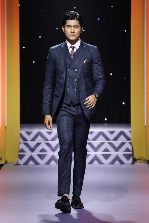 Người mẫu Lâm Bảo Châu - đóng vai thị vệ trongMV Anh ơi ở lại của Chi Pu xuất hiện với phong thái đĩnh đạc và chút quyền lực của quý ông. Bộ suit mà anh diện là suit three - piece (suit jacket, gile,áo sơ mi - quần âu), có sự ảnh hưởng của phong cách suit Italy với vạt ngắn hơn so với suit phong cách Anh và Mỹ.