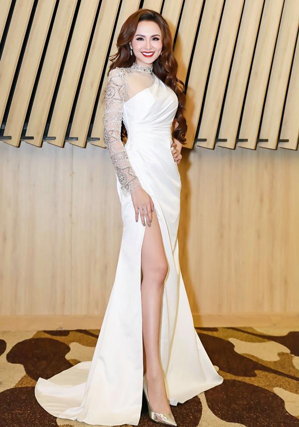 Tác phẩm yêu kiều của NTK Brian Võ là lựa chọn sáng suốt của Hoa hậu Diễm Hương để tôn lên lợi thế vóc dáng.