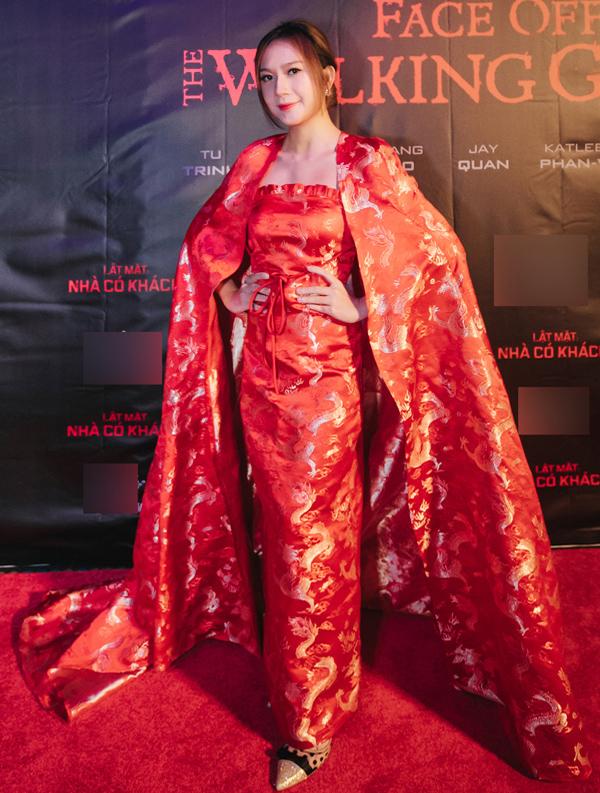 Nhà sản xuất Minh Hà mất điểm tại buổi ra mắt phim Lật mặt: Nhà có khách ở Australia vì xiêm y nặng nề, đường nét cắt may thiếu chỉn chu và kết hợp giày không ăn nhập.