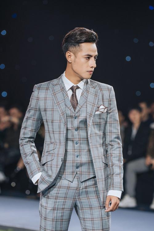 Bộ suit có hàng cúc đơn (single breasted) và họa tiết windowpane (hình ô lưới) tôn vẻ nam tính và tăng nét cuốn hút của chàng rể. Sắc màu trung tính cũng là điểm cộng của trang phục, không kén người mặc.