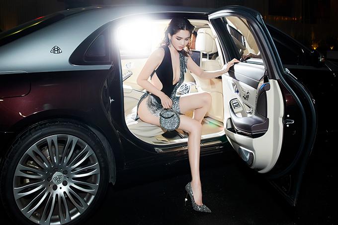 Ngọc Trinh mặc váy xẻ quá hông đi show Đỗ Long