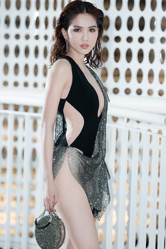 Ngọc Trinh mặc váy xẻ quá hông đi show Đỗ Long - 1