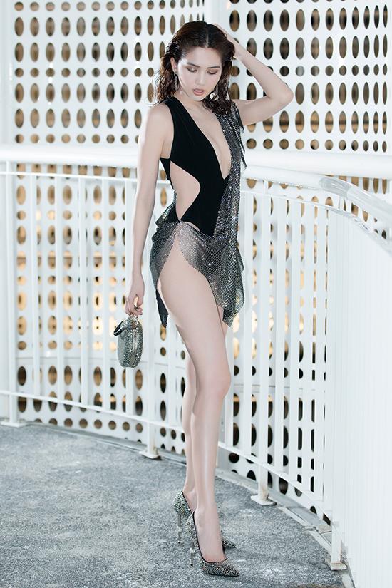 Ngọc Trinh mặc váy xẻ quá hông đi show Đỗ Long - 2