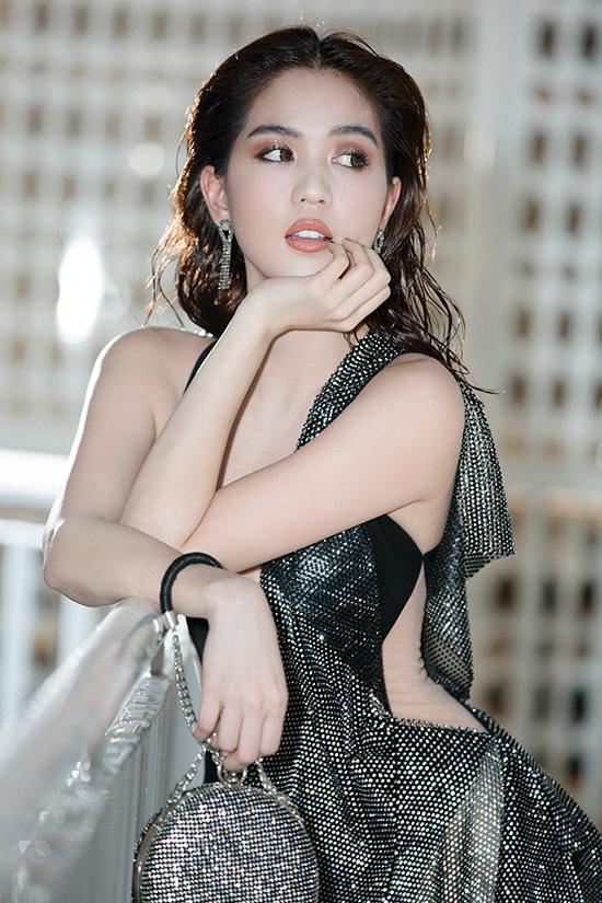 Ngọc Trinh mặc váy xẻ quá hông đi show Đỗ Long - 4