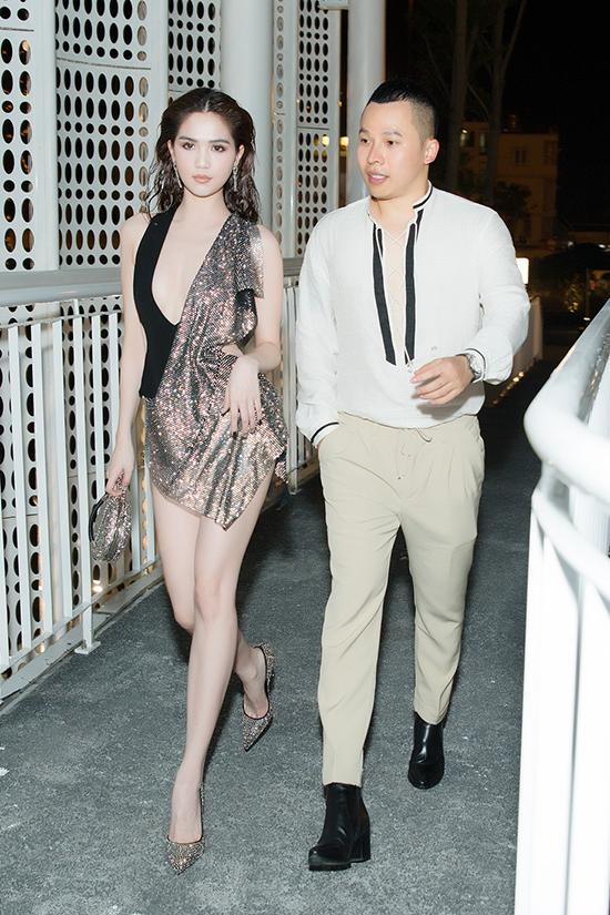Ngọc Trinh mặc váy xẻ quá hông đi show Đỗ Long - 5