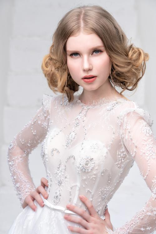 4. Váy đuôi dài đính đá ở thân trênMẫu váy tay dài giúp cô dâu hóa thân thành nàng thơ trong những tác phẩm nghệ thuật. Trên phom dáng cổ điển, kỹ thuật thêu đính tỉ mỉ giúp làm nên giá trị của bộ đầm cưới.