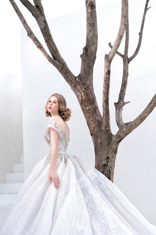 Mặt lưng váy cũng là vị trí quan trọng thu hút sự quan tâm đến tấm lưng thon gợi cảm của cô dâu. Nếu chọn điểm nhấn là cổ áo, cô dâu có thể tiết chế, dùng phụ kiện đơn giản mà vẫn giữ được sự tươi tắn, đài các trong ngày trọng đại.