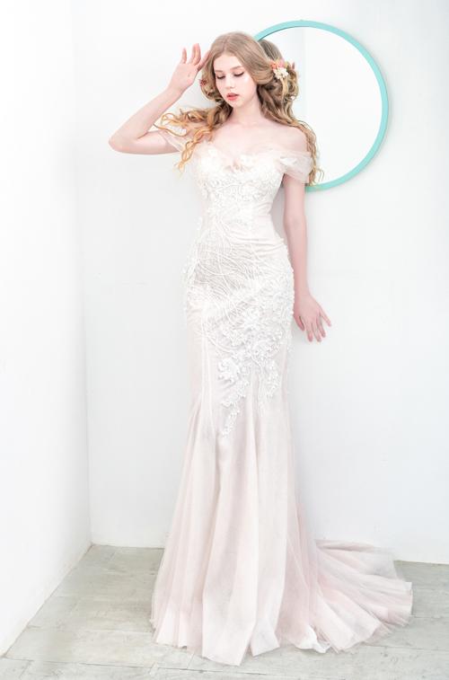 NTK và cộng sự xử lý tỉ mỉ họa tiết ren, hướng đến vẻ đẹp nền nã nhưng vẫn đảm bảo sự thu hút cho cô dâu trong ngày trọng đại.
