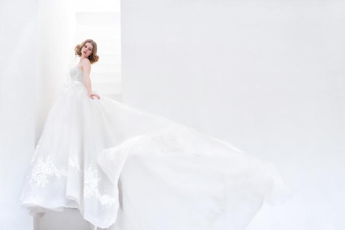 Đuôi váy dài tạo sự thướt tha, uyển chuyển cho cô dâu trong tiệc cưới.