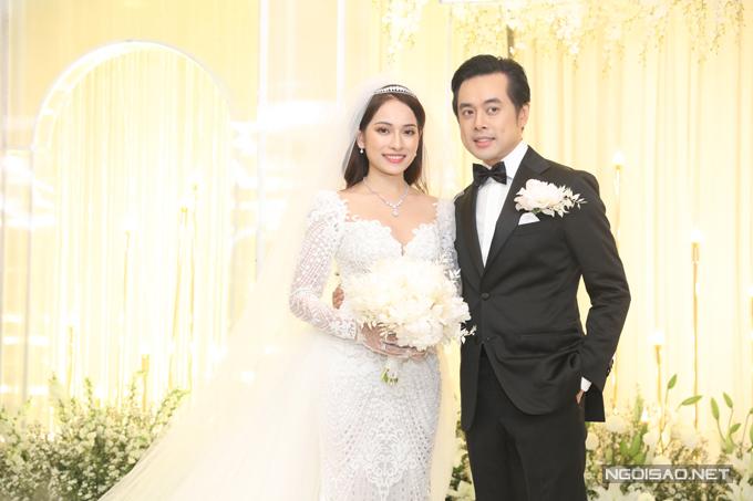 Tối ngày 2/6, nhạc sĩ Dương Khắc Linh và ca sĩ Sara Lưu đã chính thức về chung một nhà. Trong hôn lễ tại TP HCM, cô dâu Sara Lưu chọn diện đầm cưới đến từ NTK Chung Thanh Phong.