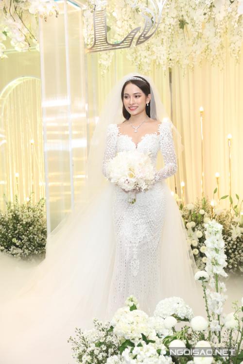 Bộ váy được Sara Lưu đặt hàng Chung Thanh Phong từ vài tháng trước. Cô bày tỏ mong muốn về bộ váy thanh lịch nhưng vẫn có được sự gợi cảm.