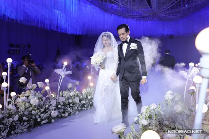 Sara Lưu diện váy kết hợp voan cưới dài, tạo nên hình ảnh duyên dáng, đài các.
