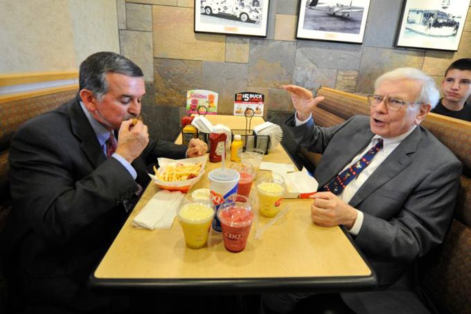 Warren Buffett ăn trưa với doanh nhân John Gainor, Giám đốc điều hành của Công ty sữa Queen Queen,năm 2013. Ảnh: BI.