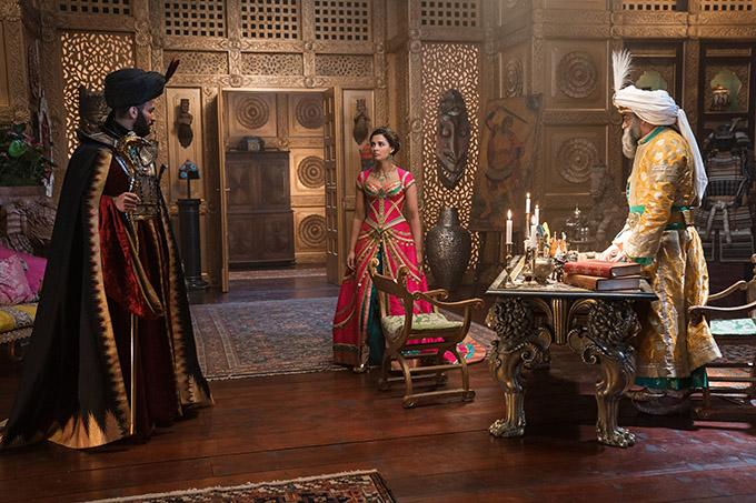 Một căn phòng trong hoàng cung sử dụng nội thất màu vàng ánh kim, lột tả vẻ giàu sang.