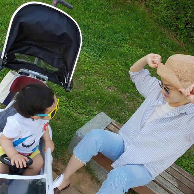 Chae Rim và con trai trong một khoảnh khắc đời thường.
