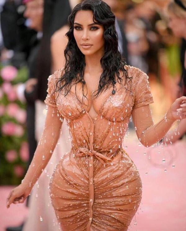 Kim xuất hiện gợi cảm tại Liên hoan phim Cannes với mái tóc đen dài óng ả.