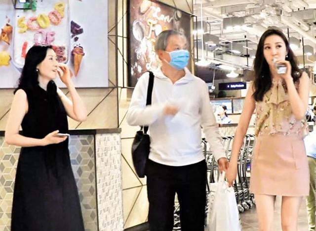 Khi chưa ly dị, Hà Diễm Quyên từng nhiều lần đưa mẹ (áo đen)đi mua sắm cùng ông chồng cô, Ngô Chí Thành.