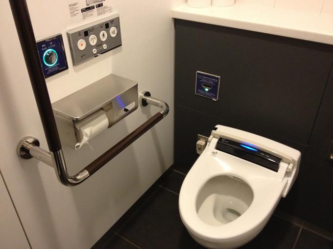 Toilet công nghệ khiến du khách ngồi mãi không muốn ra ở Nhật - 2