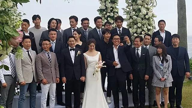 Hôm 2/6, hình ảnh hiếm hoi trong hôn lễ tài tử Joo Jin Mo được hé lộ trên mạng xã hội. Nam diễn viên tổ chức cưới tại Bali, Indonesia, với sự góp mặt của rất nhiều nghệ sĩ tên tuổi trong showbiz Hàn.
