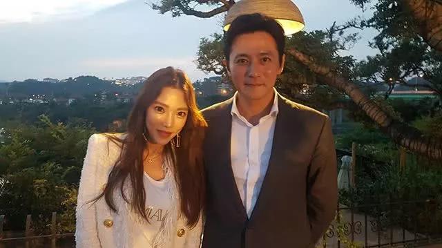 Jang Dong Gun góp mặt trong dàn khách dự tiệc, bà xã anh không đi cùng.