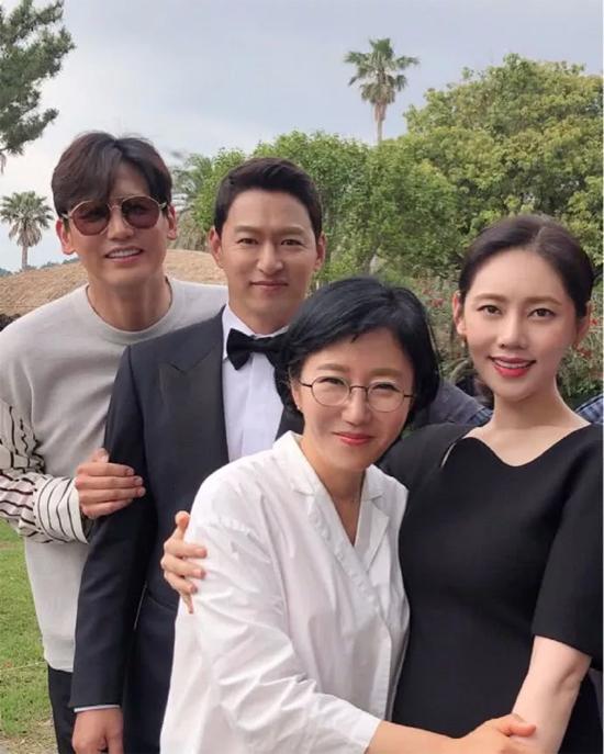 Từ trước khi đám cưới diễn ra một ngày, khách mời đã đến đảo Jejuchuẩn bị dự tiệc. Joo Jin Mo chia tay đời độc thân ở tuổi 44, bà xã kém anh 10 tuổi.