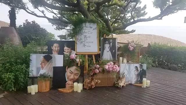 Khung cảnh lãng mạn trong đám cưới của cặp sao. Joo Jin Mo được yêu mến qua nhiều phim điện ảnh, truyền hình như Song Hoa Điếm, Sắc đẹp ngàn cân, Hoàng hậu Ki, Chuyện tình luật sư...