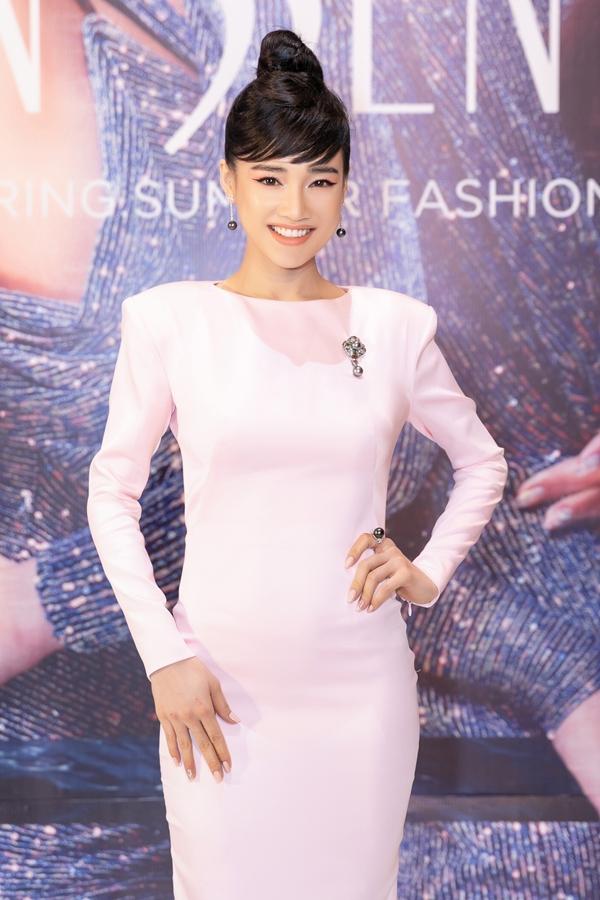 Cô kết hợp phụ kiện đính kim cương, ngọc trai đen hơn 1 tỷ đồng với trang phục.