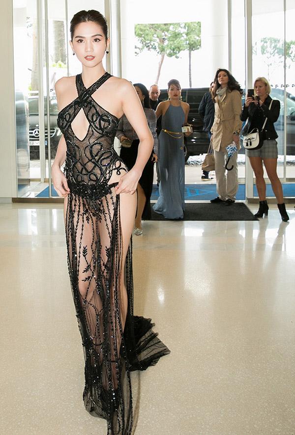 Những kiểu váy hở khiến Ngọc Trinh bị ném đá - 9