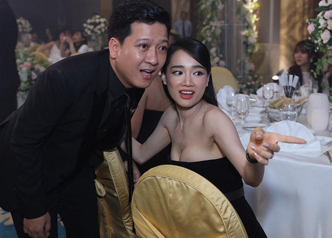 Không chỉ các event lớn, khi dự đám cưới của bạn bè, Nhã Phương cũng cho thấy sự đầu tư chỉn chu về phong cách. Trong khi Trường Giang lịch lãm với vest đen, Nhã Phương diện váy cúp ngực khoe vòng một đầy dặn dự đám cưới của đạo diễn Nhất Trung.