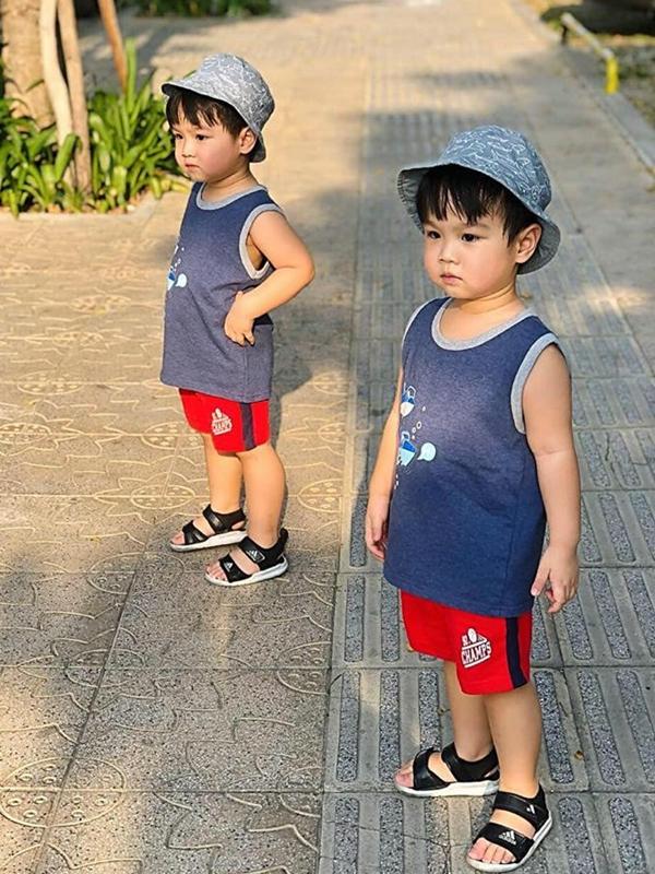 Ben và Liam được mẹ chọn đồ đôi mỗi khi xuống phố.