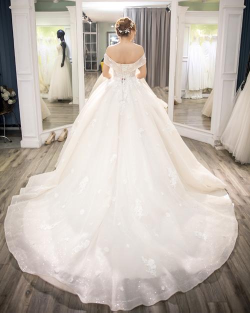 Đuôi váy dài tạo sự thướt tha, uyển chuyển theo từng sải bước của cô dâu.