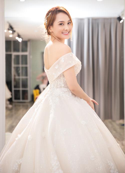 Bộ ảnh được thực hiện với sự hỗ trợ của váy cưới: MiAmor Wedding, nhiếp ảnh: Đặng Việt Dũng (Mr. Lee Studio); ánh sáng: Trần Đăng Tuấn; stylist: Vân Anh; trợ lý: Hồng Trang (Trang Pika), Phương Anh.