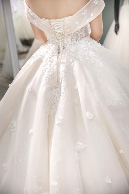 Mặt sau lưng váy cũng được chú trọng, điểm họa tiết hoa nổi tinh tế.