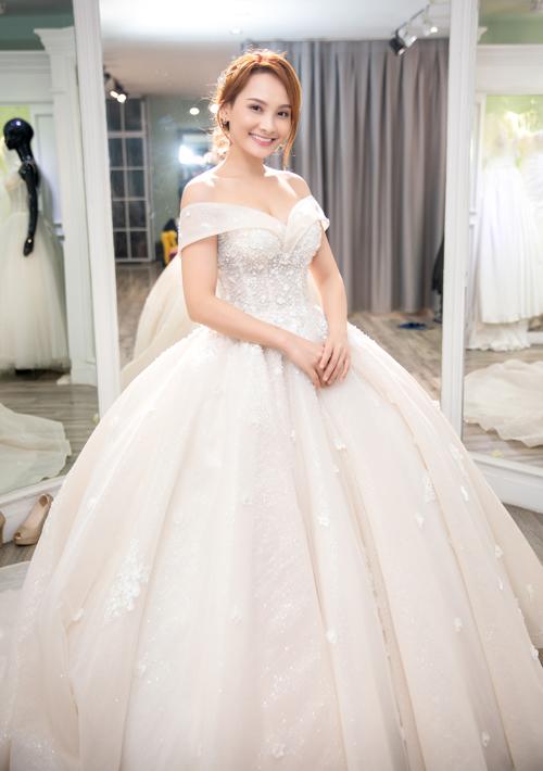Thiết kế mang phom dáng corset, giúp siết eo thon nhỏ, dễ dàng điều chỉnh kích thước nếu cân nặng của cô dâu có sự thay đổi trước đám cưới.