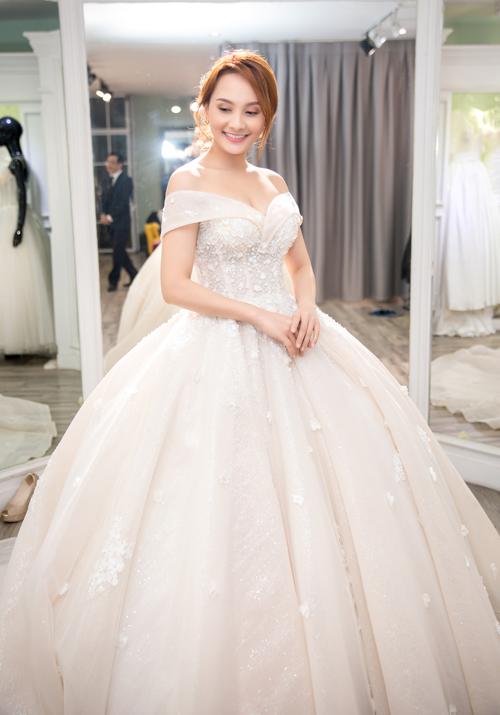 Thân váy có độ bồng xòe giúp tân nương có màn hóa thân trọn vẹn thành công chúa cổ tích. Dù mang dáng phồng nhưng chất liệu váy có độ nhẹ, tạo sự thuận lợi cho cô dâu khi di chuyển.