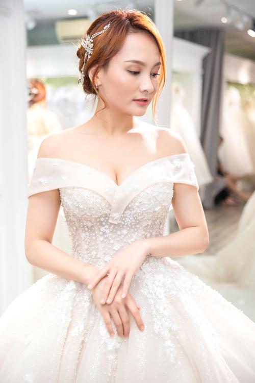 Cô dâu có thể chọn kiểu makeup tự nhiên, tóc búi thấp và cài tóc đính đá để khoe trọn vẻ đẹp tấm lưng thon, khuôn ngực đầy.