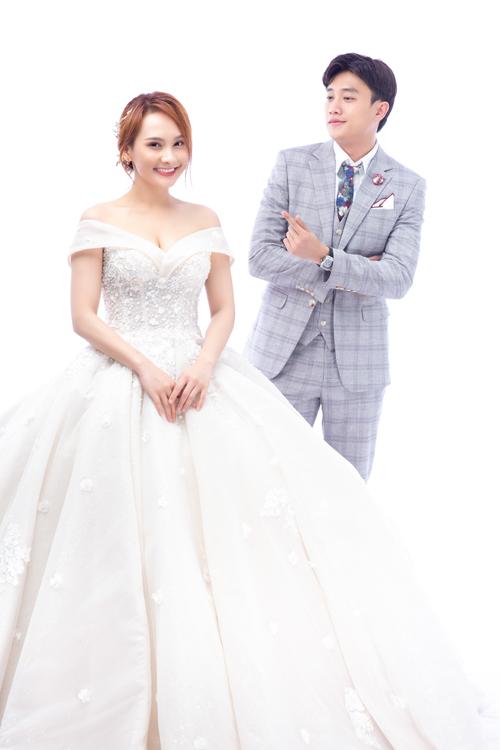 Đây là một thiết kế váy cưới cao cấp nhập khẩu từ Hàn Quốc. Thân trên của váy làm lộ xương quai xanh, bờ vai thon của tân nương.