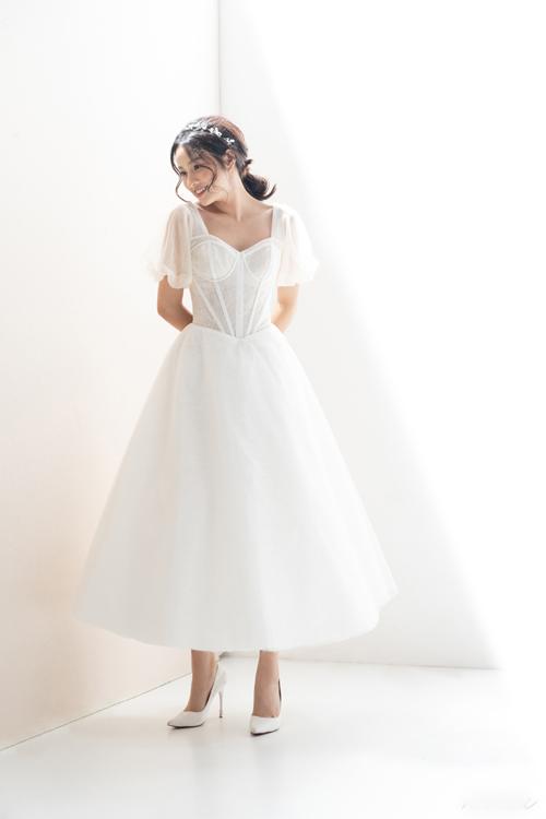 4. Váy cưới phom dáng corsetSự quyến rũ đến từ người phụ nữ hiện đại được lột tả thông qua váy cưới phom dáng corset cổ điển. Công thức tay phồng, chân váy xòe được thiết kế với chủ đích giúp nàng dâu hóa thân thành công chúa cổ tích kể cả khi diện váy cưới ngắn.
