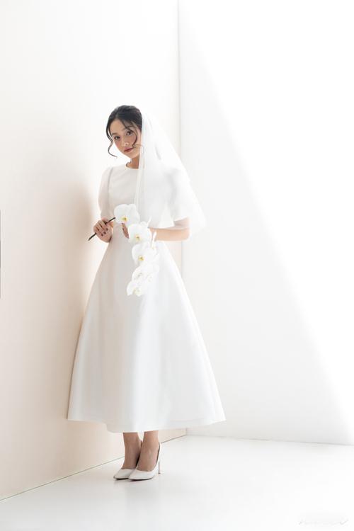 5. Đầm tối giảnSự quay trở lại của nhữngmẫu váy tối giản thập niên 1960là điềukhông thể phủ nhận trong xu hướng cưới hiện đại, đặc biệt là từ đám cưới của Meghan Markle. Mẫu đầm cổ tròn, dáng xòe được ra đời nhằm đáp ứng mong muốn về chiếc váy thanh lịch, tối giản của tân nương.