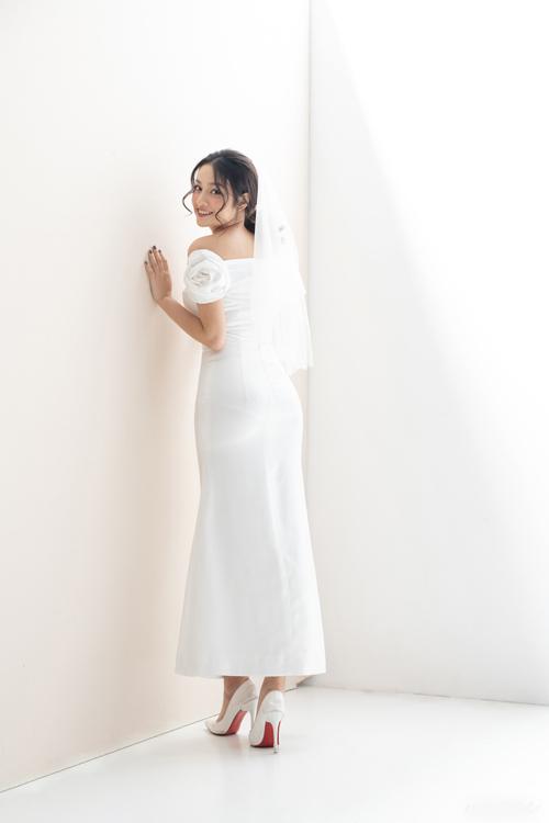 Không dừng lại ở đó, phần vai áo được điểm đóahồng cỡ lớn, giúp nàng dâu thêm yêu kiều trong ngày trọng đại.