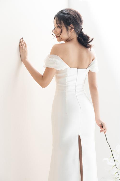Mặt lưng váy có đường xẻ giúp tân nương dễ dàng di chuyển hơn trong tiệc cưới.