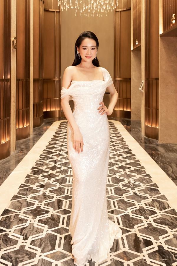 Chi tiết sequins bao phủ toàn bộ chiếc váy giúp nữ diễn viên thêm nổi bật. Cô chọn kiểu trang điểm trong suốt, tóc xoăn nhẹvà khuyên tai đính đá để hoàn thiện phong cách thanh lịch.